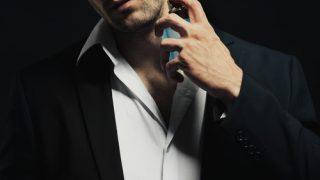 香水をふりかける男性